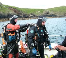 divers-preparing-to-dive